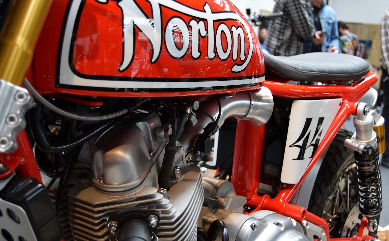 ノートンと書かれたバイク