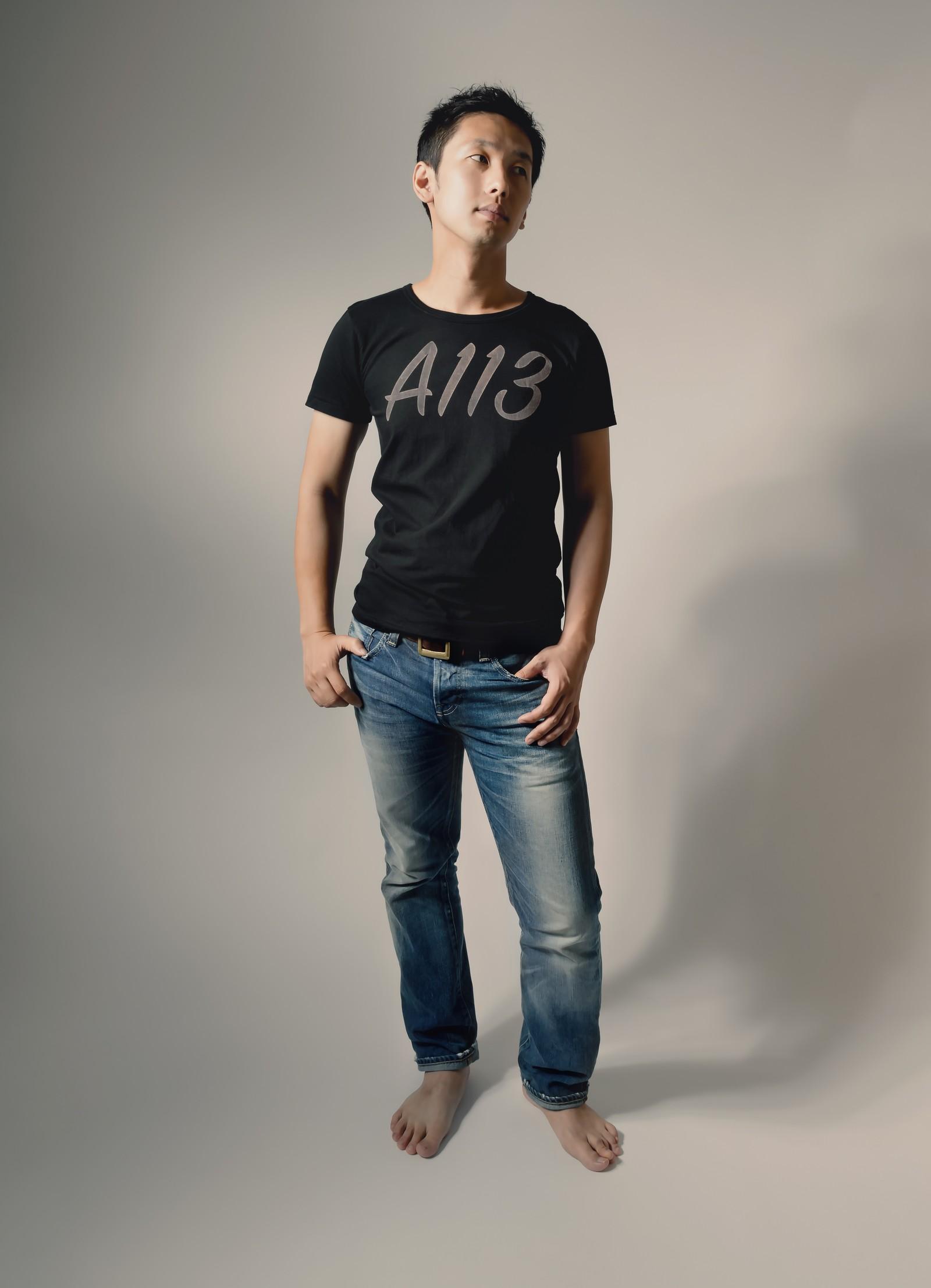 Tシャツとジーンズを来た人