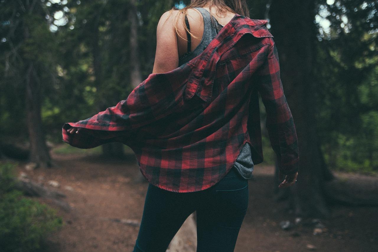 ネルシャツを着た女性