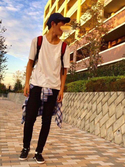 白無地Tシャツと黒のスリムパンツとネルシャツのコーディネート(男性)
