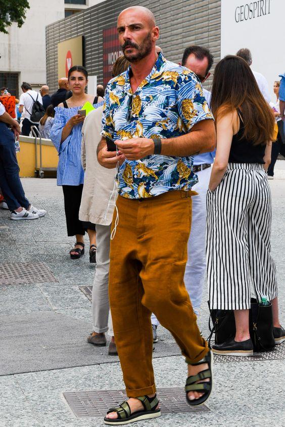 腰穿きしたカラーパンツとタックインしたアロハシャツの着こなし