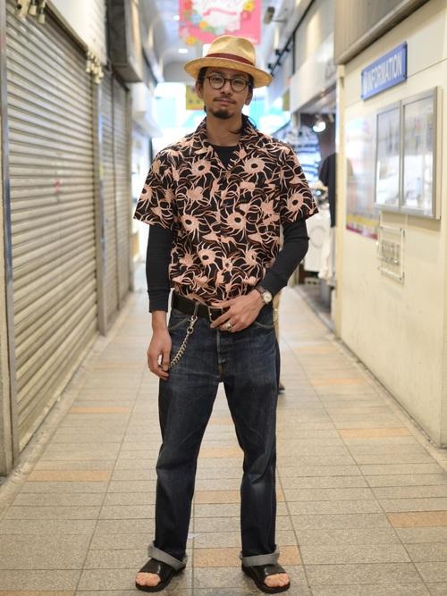 アロハシャツタックイン着こなし、長袖Tシャツとの重ね着