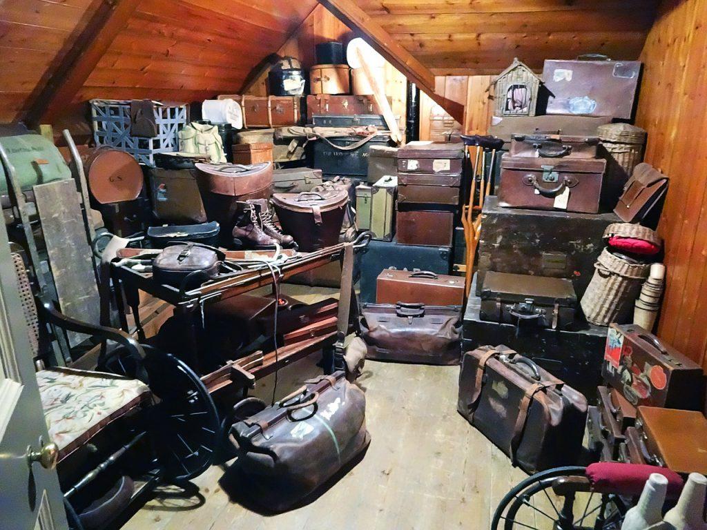古着や古いカバンの倉庫