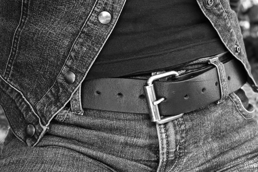 Gジャン(デニムジャケット)と無地Tシャツとジーンズの着こなし