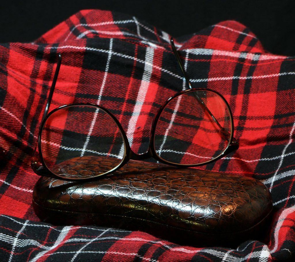 ネルシャツの生地とメガネとメガネケース