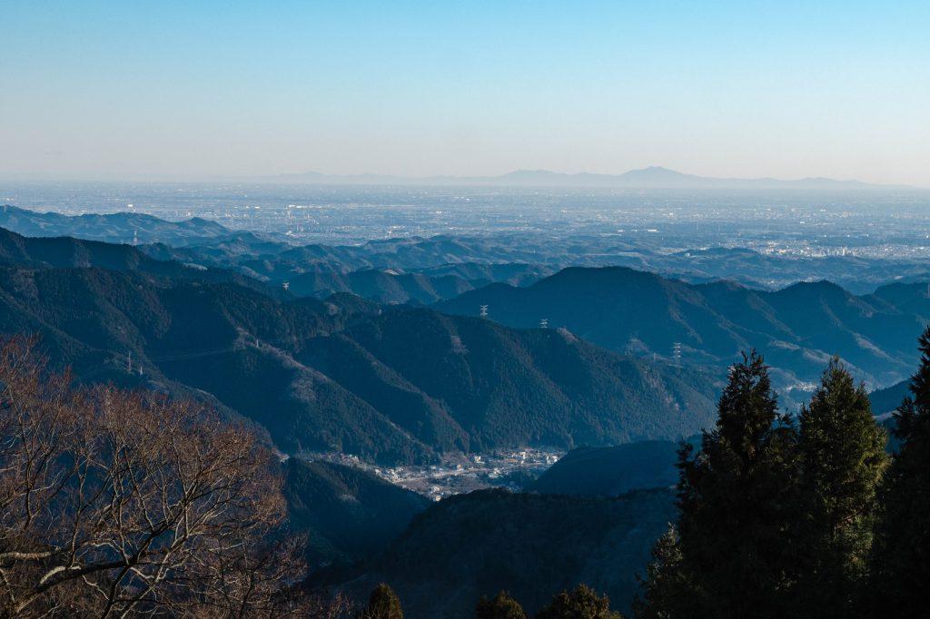 ぱくたそ「御嶽山から望む筑波山」