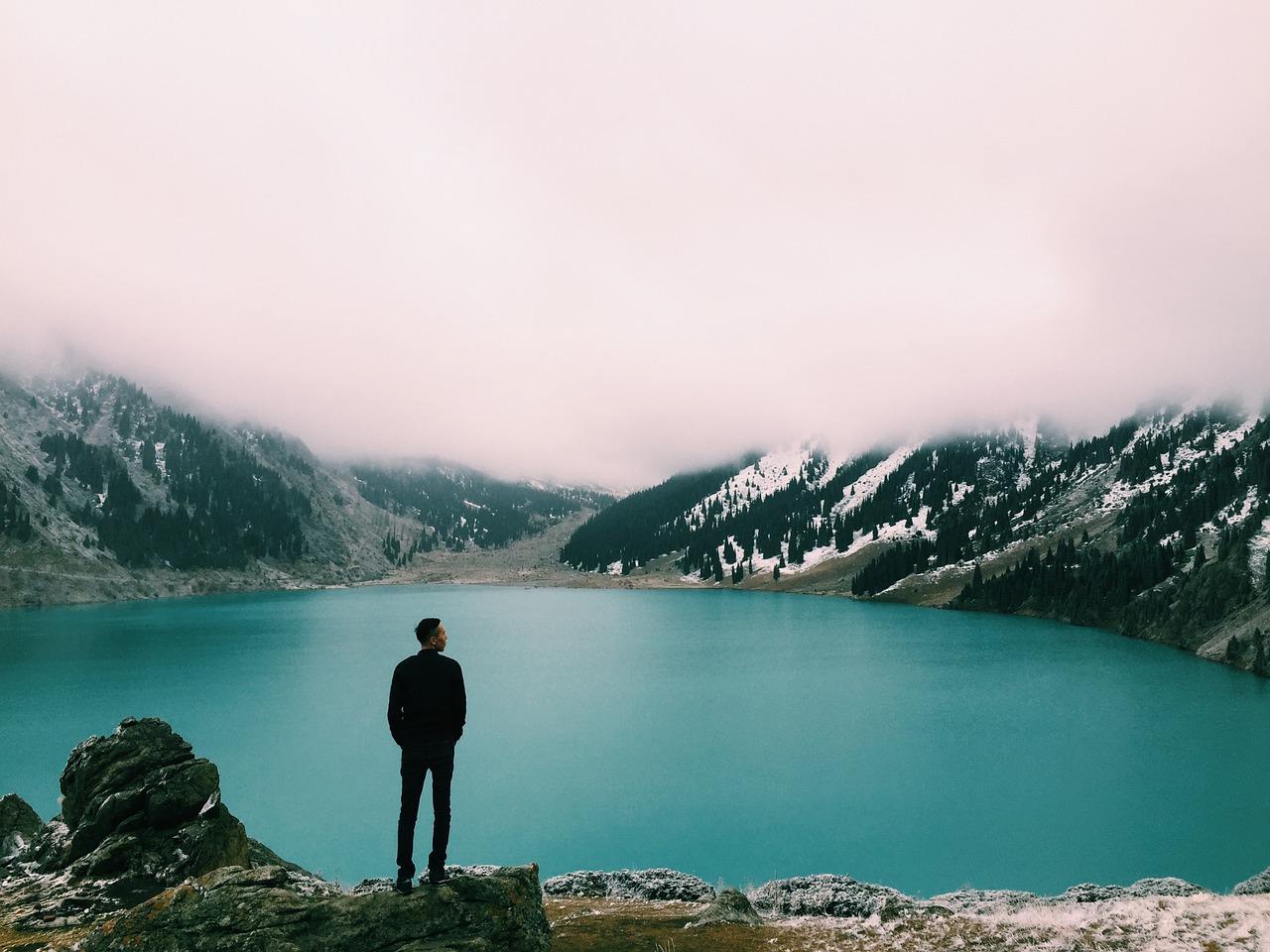 湖を見る男性(自由や解放のイメージ)