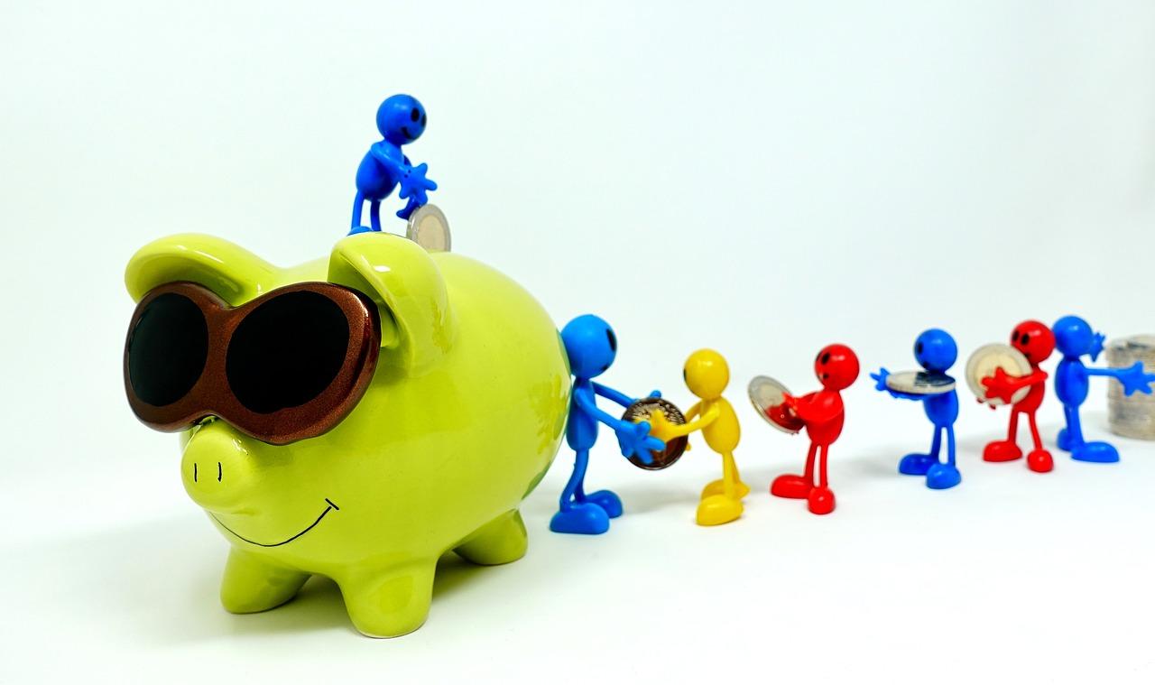 豚の貯金箱にお金を運ぶ人たち